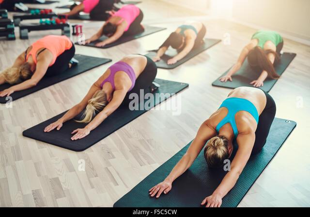 Fitness, Sport, Training, Yoga und Menschen Konzept - lächelnde Frau trainieren im Fitness-Studio Stockbild