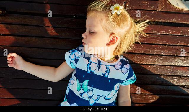 Kleines Mädchen genießen Fahrt auf yacht Stockbild