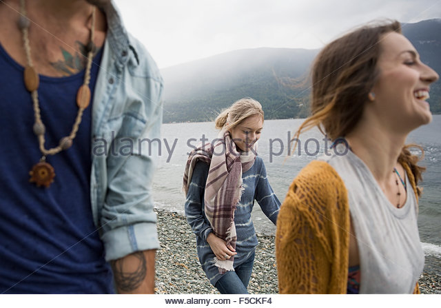 Junge Freunde zu Fuß am See Stockbild
