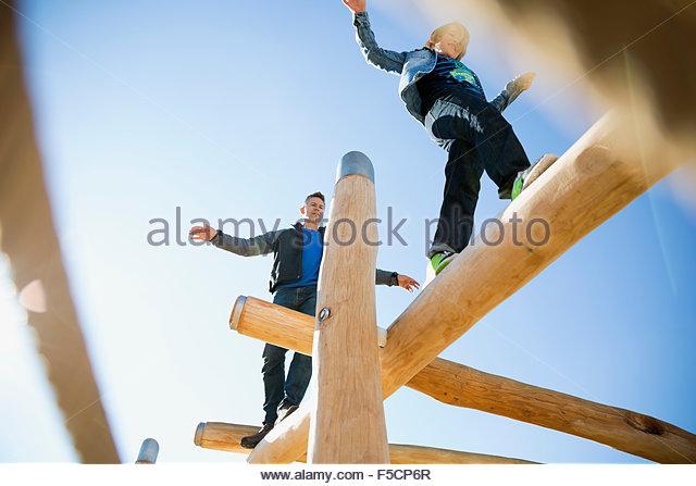 Vater und Sohn Ausgleich Protokolle sonnige Spielplatz Stockbild