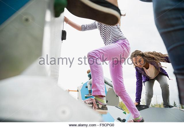 Kinder klettern geometrische Formen auf Spielplatz Stockbild