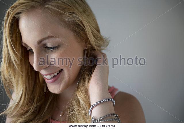 Lächelnde Frau blickte hautnah Stockbild