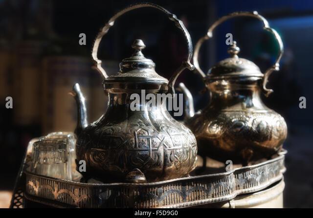 Traditionelle marokkanische Teekanne mit Gläsern in einem Tee-Tablett. Medina von Marrakesch, Marokko. Stockbild