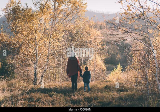 Frau und ihr Sohn in der Natur. Stockbild