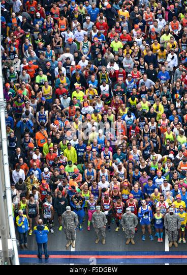 Luftaufnahme von Läufern, die New York City Marathon an der VerrazanoÐNarrows Brücke 1. November Stockbild