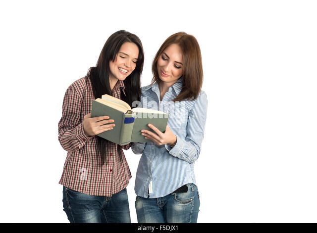 Junge Frauen lesen Buch auf weißem Hintergrund Stockbild