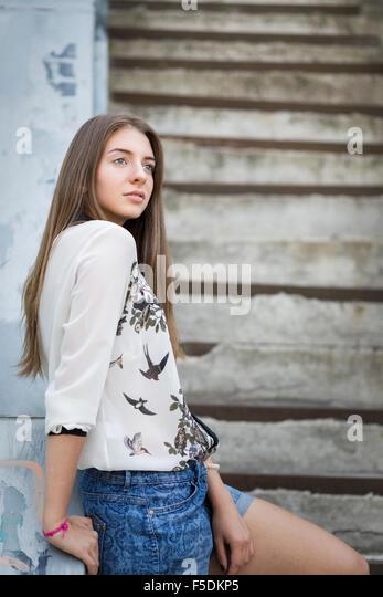 Kaukasische junge Hipster Mädchen auf Treppen in der Stadt entspannen. Stockbild