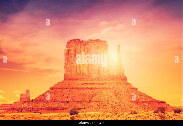 Schöner Sonnenuntergang über Monument Valley Navajo Tribal Park, Utah, USA. Stockbild