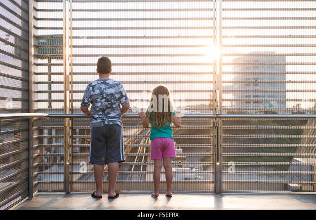 Zwei Kinder blickte auf Bahngleisen am Bahnhof Stockbild