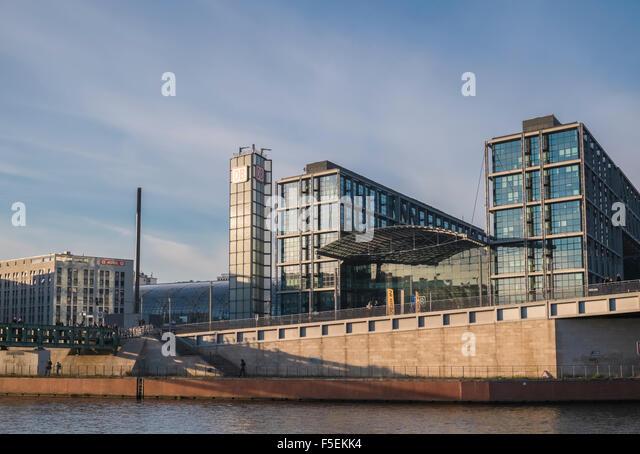 Moderne Architektur der Deutschen Bahn Gebäude, mit Blick auf den Fluss Spree, Berlin, Deutschland, Europa Stockbild