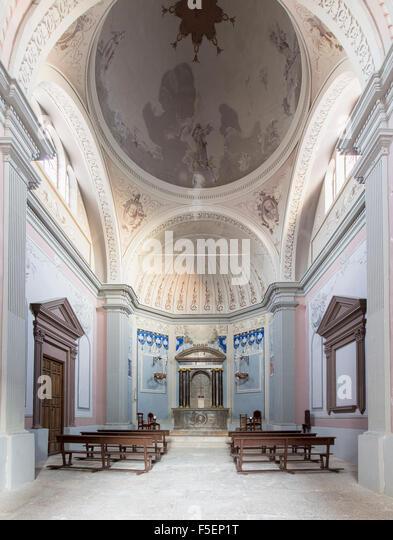 Kleine katholische Kirche in einem typischen Dorf, Spanien Stockbild