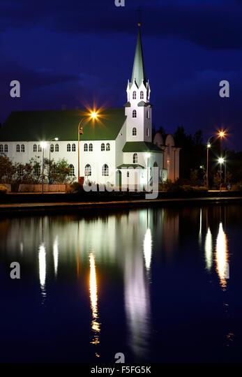 Frikirkjan Kirche spiegelt sich auf Tjorning Teich, Reykjavik, Island Stockbild