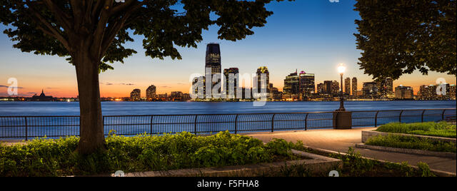 Jersey City Waterfront Skyline mit Hudson River von Manhattan bei Sonnenuntergang Stockbild