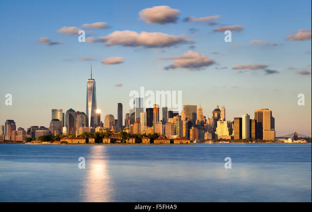 Skyline von New York City, Lower Manhattan. Ellis Island erscheint vor den Financial District Wolkenkratzer Stockbild