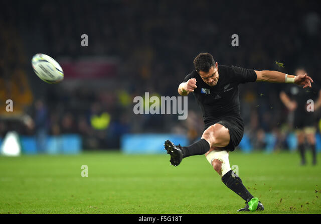 London, UK. 31. Oktober 2015. Dan Carter (NZL) Rugby: Dan Carter von Neuseeland nimmt einen Kick während der Stockbild