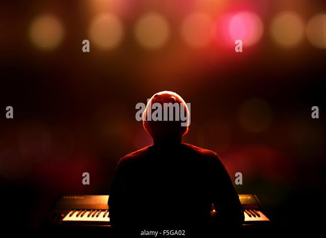 Pianist den Synthesizer spielen live auf der Bühne. Von hinten gesehen mit extrem flachen DOF Stockbild