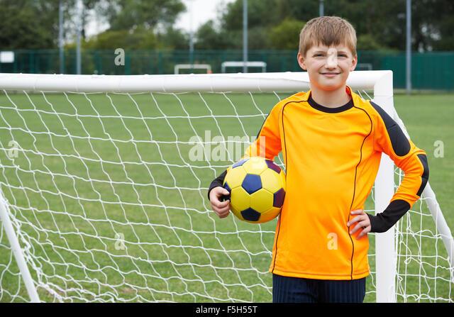 Porträt von Torwart mit Ball auf Schule Fußballplatz Stockbild
