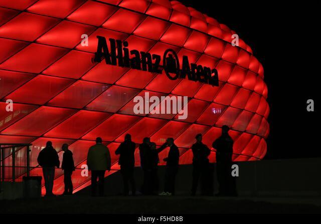 München, Deutschland. 4. November 2015. Fans kommen in der Allianz Arena für das UEFA Champions League Stockbild
