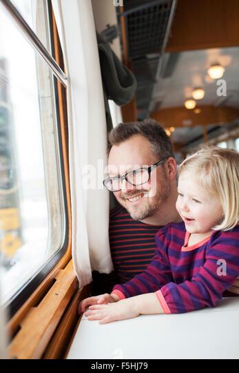 Schweden, Vater und Tochter (2-3) Reisen mit dem Zug Stockbild