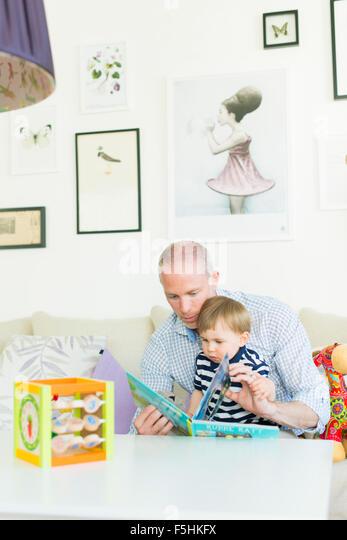 Schweden, Mann liest an seinen Sohn (18-23 Monate) Stockbild