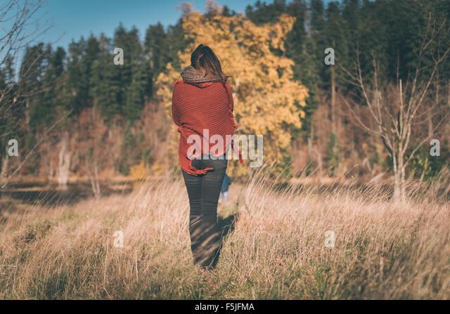 Frau in der Natur genießt die Aussicht Stockbild