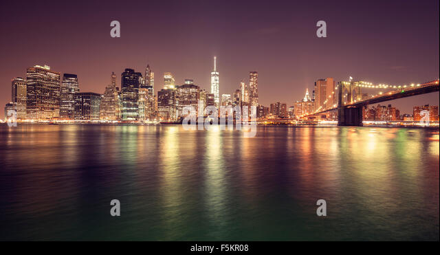 Vintage getönten Manhattan Waterfront in der Nacht, New York City, USA. Stockbild