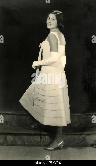 Ein Mädchen trägt ein weißes Kleid elegant der 50er Jahre, Italien Stockbild