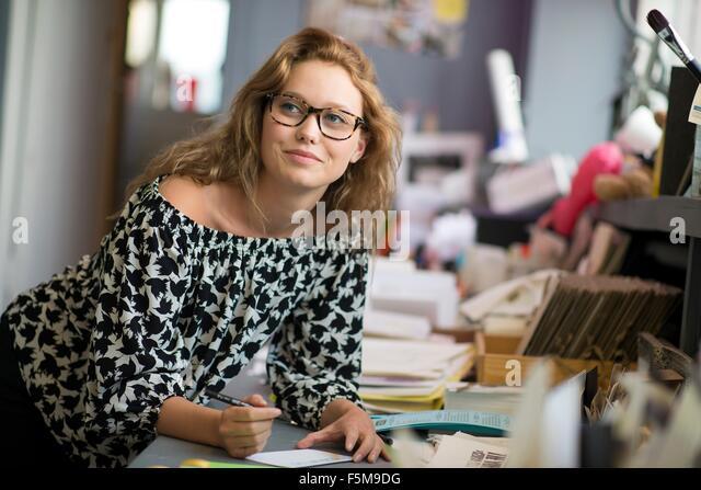 Weibliche print Designer-Zeichnung Entwürfe in Werkstatt Stockbild