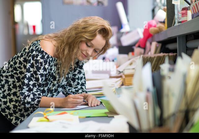 Weibliche print-Designer zeichnen Entwürfe an Workshop Bank Stockbild