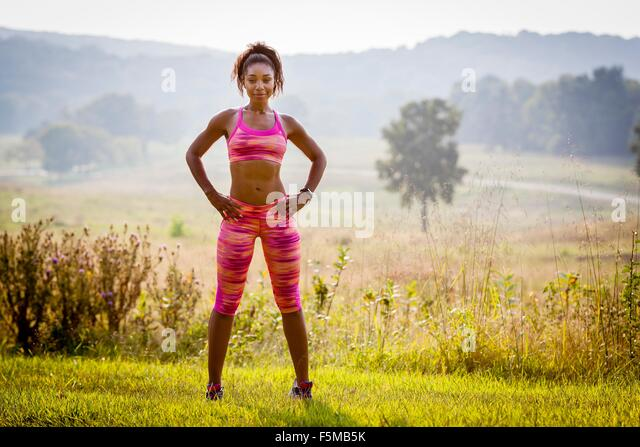 Porträt von überzeugt junge weibliche Läufer im Naturpark Stockbild