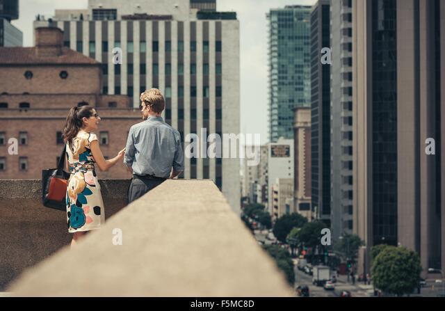 Geschäftsmann und Frau am Dach, Los Angeles, USA Stockbild