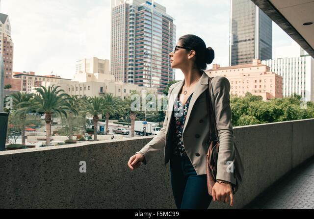 Geschäftsfrau mit Blick vom Gehweg, Los Angeles, USA Stockbild