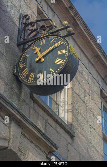 Alte Uhr an der Wand eines Gebäudes in Truro. Visuelle Metapher für das Konzept der Server-Ausfallzeiten, Stockbild