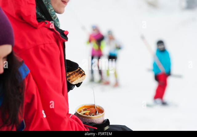 Schweden, Stockholm, Bjorkhagen, Hammarbybacken, Frau hält Schüssel mit Essen Stockbild