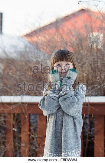 Schweden, Vasterbotten, kleine Mädchen (4-5) tragen Pullover und Handschuhe Stockbild