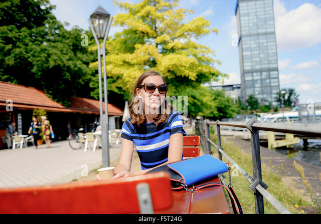 Deutschland, Berlin, Treptower Park, Frau am Café-Tisch Stockbild