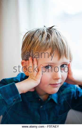 Finnland, Boy (6-7) halten Kopf in Händen Stockbild