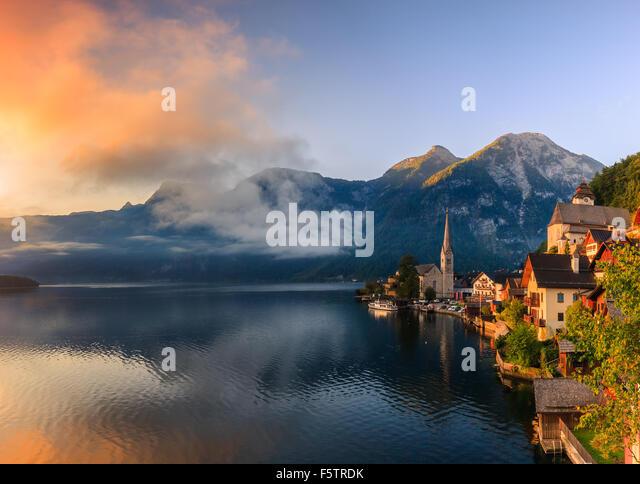 Sonnenaufgang in Hallstatt, in oberen Österreich ist ein Dorf im Salzkammergut, einer Region in Österreich. Stockbild