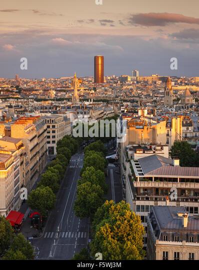 Abendlicht am Montparnasse Turm und Avenue Marceau Dächer im 16. Arrondissement von Paris, Paris, Frankreich Stockbild