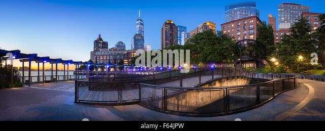 Hudson River Park mit Financial District von Manhattan Wolkenkratzer. Blick auf den Sonnenuntergang von Lower Manhattan Stockbild