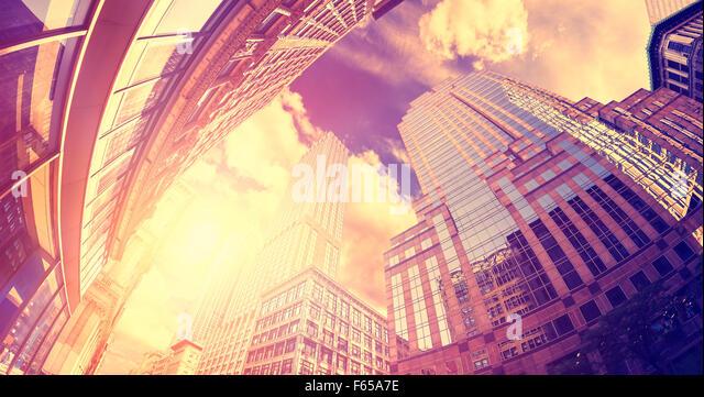Vintage getönten fisheye-Objektiv Foto von Wolkenkratzer in Manhattan bei Sonnenuntergang, New York City, USA. Stockbild