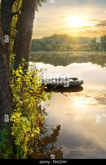 Schlauchboot auf Fluß an den Sonnenaufgang Stockbild