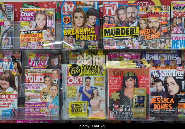 Berühmtheit und Womens Zeitschriften zum Verkauf auf einem Rack in einem Kiosk-Geschäft. Stockbild