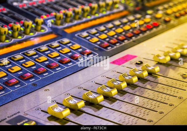 Audio-Mixer mixing Board Fader und Regler, Musik Mischpult mit hinterleuchteten Tasten. Selective konzentriert Stockbild