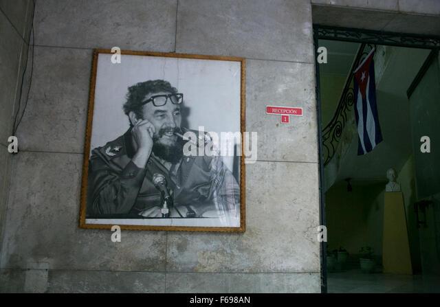 Ein Porträt von Fidel Castro in einem Bürogebäude in Alt-Havanna, Kuba. Stockbild