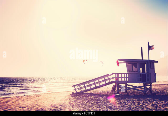 Vintage gefilterte Rettungsschwimmer-Turm bei Sonnenuntergang mit Lens-Flare-Effekt, USA. Stockbild