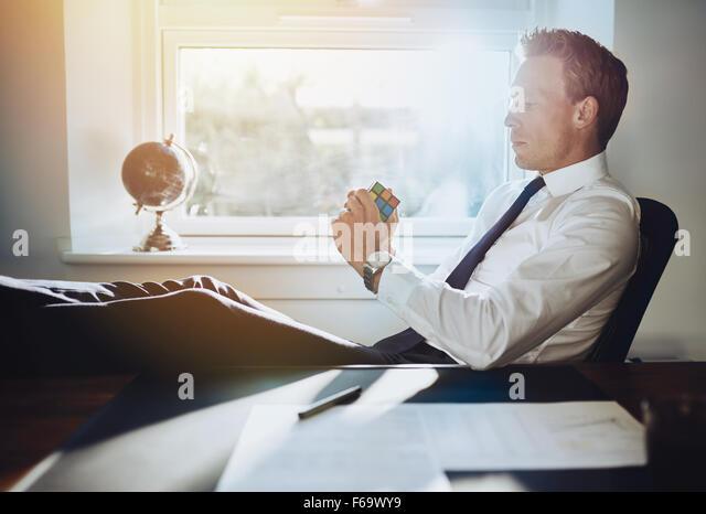 Executive Business Mann Probleme zu lösen und sich Anregungen für neue Geschäftsideen Stockbild