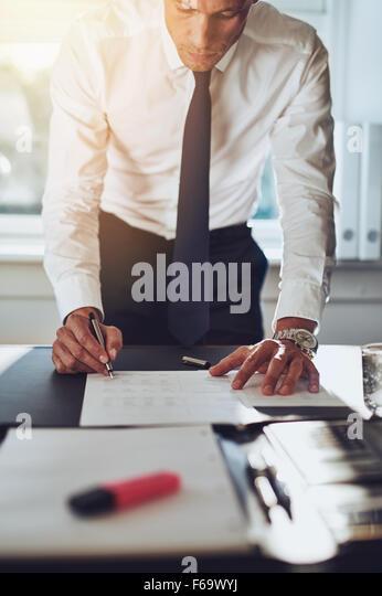 Geschäftsmann, schließen Sie einen Vertrag unterschreiben Dokumente am Schreibtisch im Büro tragen, Stockbild