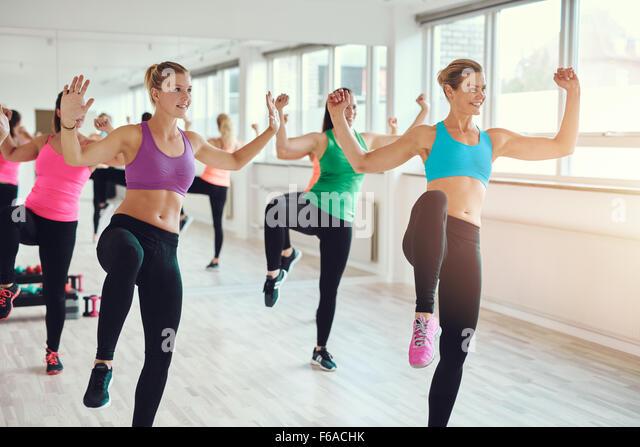 Fitness, Sport, Training, Fitness-Studio und Lifestyle-Konzept - Gruppe von lächelnden Menschen Turnen in der Stockbild