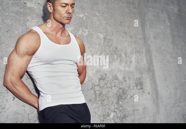 Nahaufnahme Fitness Concept Porträt des weißen Mannes, fit und gesund, weißes Tanktop, Fitness Concept Stockbild
